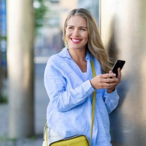 vpn mobil woman smiling yellow bag